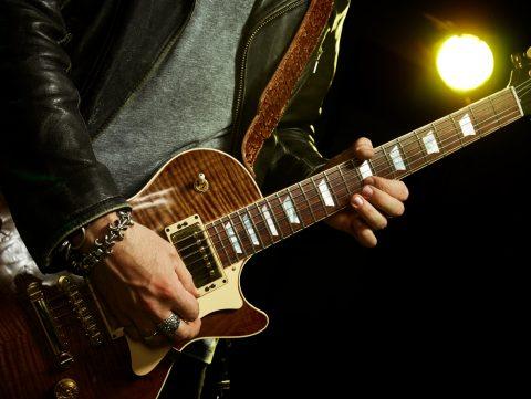 tocar guitarra